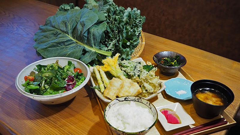 飯山の料理店「ワレもこウ」で、岡忠農園のケール料理が食べられます