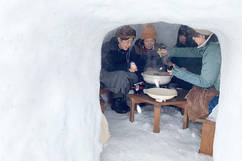 雪国飯山ならではのおいしい体験。かまくらの中で食べる、地元自慢の食材たっぷり「のろし鍋」
